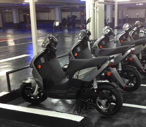 Le choix d'un scooter électrique robuste et made in Europe. Pas de commentaire sur le design du premier logo 🤫
